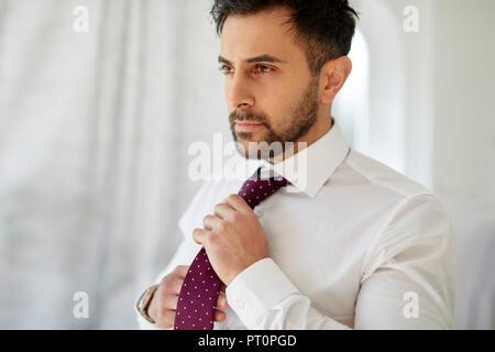 Réglage de l'homme sa cravate