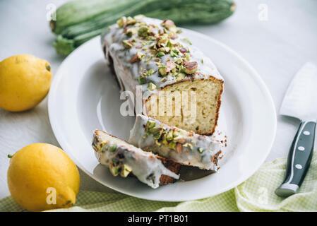 Courgettes citron gâteau avec glaçage au citron et à la pistache topping Banque D'Images