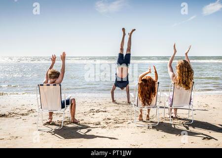 Pays-bas, Zandvoort, frappant des mains pour père faire un ATR sur la plage Banque D'Images