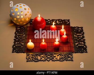 Bougies décoratives DE LA VIE TOUJOURS DES SETS DE TABLE ET POT Banque D'Images