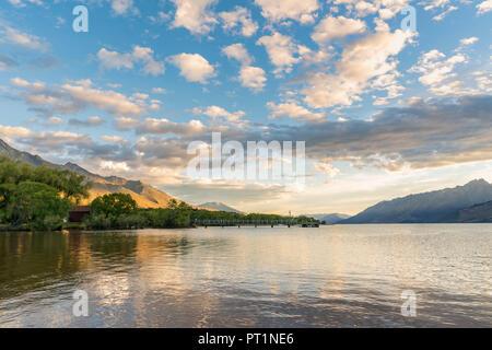 Nuages dans le ciel au-dessus du lac Wakatipu et de la jetée, Glenorchy, Queenstown Lakes District, région de l'Otago, île du Sud, Nouvelle-Zélande,