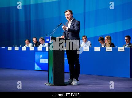 05 octobre 2018, le Schleswig-Holstein, Kiel: Paul Ziemiak fédéral, Président de la Junge Union Deutschland (JU), s'exprimant au cours de la Journée de l'Allemagne de la Junge Union (JU). Environ 1000 délégués et invités se sont réunis à l'Assemblée de l'organisation des jeunes pour discuter de comment l'Allemagne peut rester stable et prospère en 2030. Photo: Daniel Bockwoldt/dpa