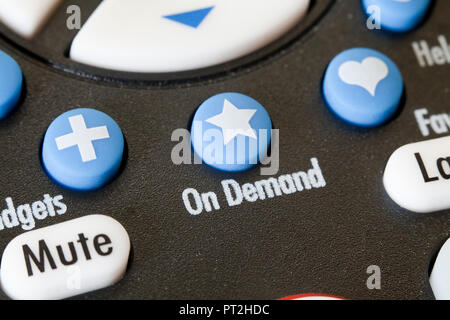 À la demande de bouton sur la télécommande du téléviseur - USA Banque D'Images