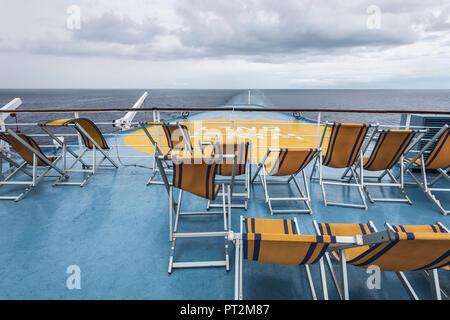 Voir plus de chaises vides à la poupe d'un navire Banque D'Images