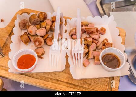 Poêlée de saucisses et bacon à enrouler du papier avec la sauce Banque D'Images