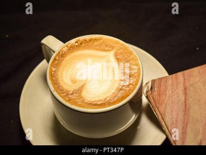 Aime le café, une tasse de Latte art avec motif coeur dans une tasse blanche Banque D'Images