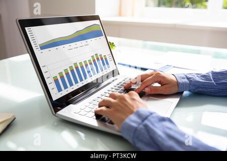 Close-up of a woman's Hand l'analyse graphique sur ordinateur portable plus de 24 Banque D'Images