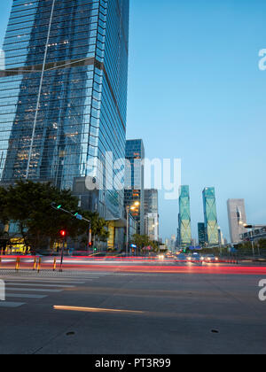 Les bâtiments de grande hauteur dans la région de Futian Central Business District (CBD) allumé au crépuscule. Shenzhen, province de Guangdong, en Chine. Banque D'Images
