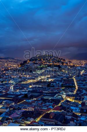 Vue sur la vieille ville en direction d'El Panecillo Hill au crépuscule, Quito, Équateur, la province de Pichincha Banque D'Images