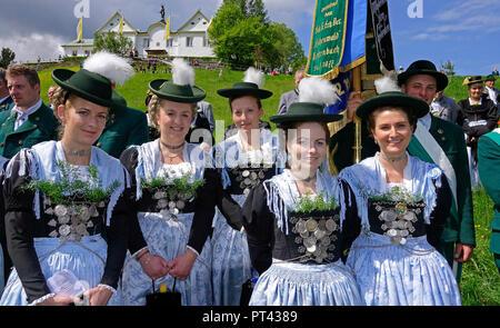 Les jeunes femmes au traditionnel pèlerinage au monastère Maria Eck à Siegsdorf, Chiemgau, Upper Bavaria, Bavaria, Germany
