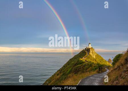 Double arc-en-ciel sur Nugget Point Lighthouse après la tempête, télévision Ahuriri, Clutha district, région de l'Otago, île du Sud, Nouvelle-Zélande, Banque D'Images