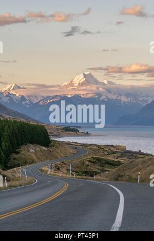 Route qui longe le Lac Pukaki au coucher du soleil, en regardant vers le Mont Cook, Ben Ohau, district de Mackenzie, région de Canterbury, île du Sud, Nouvelle-Zélande,
