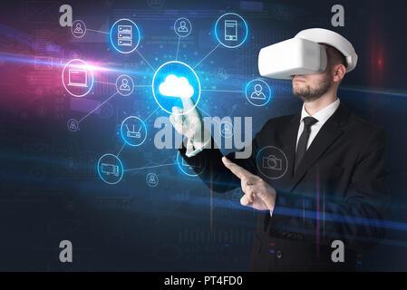 Businessman in lunettes vr organiser lifesize médias sociaux projetés concept Banque D'Images
