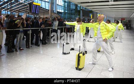 """British Airways et Heathrow bagagistes effectuer des hommages à un bagagiste Heathrow Freddie Mercury pour la Reine de la légende d'anniversaire du 5 septembre à Heathrow T5. Les bagagistes ont pris des leçons à apprendre une chorégraphie professionnelle routine complète pour """"je veux sortir"""" dans le cadre d'une célébration spéciale en avant de la sortie de Bohemian Rhapsody, la nouvelle reine film sorti le 24 octobre. Où: London, Royaume-Uni Quand: 05 Septembre 2018: Joe Pepler/crédit/WENN.com PinPep Banque D'Images"""