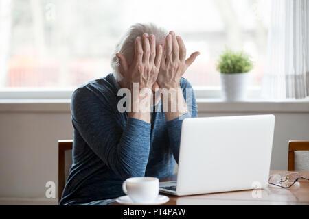 Man fatigué fatigué d'irriter frottements Banque D'Images