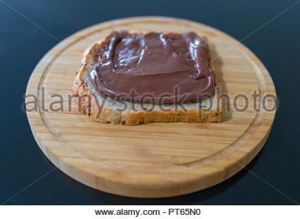 Chocolat Noisettes sur des tranches de pain de grains entiers Banque D'Images