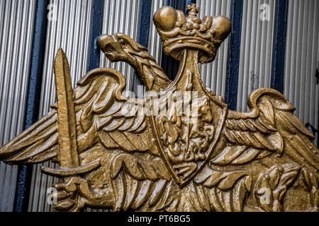 Aigle à deux têtes (emblème du ministère de la défense de la RF) sans une tête sur une clôture d'un bâtiment de l'état-major général des Forces armées de la R Banque D'Images