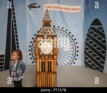 London UK 07 Octobre 2018 Un jeune visiteur admirant le Big Ben gâteau fait spécialement pour le spectacle par Rosie Cake Diva @Paul Quezada-Neiman,Alamy Live News Banque D'Images