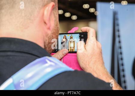 London UK 07 octobre 2018 autoportraits à côté du Big Ben gâteau fait spécialement pour le spectacle par Rosie Cake Diva @Paul Quezada-Neiman,Alamy Live News Banque D'Images