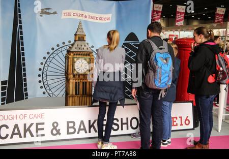 London UK 07 octobre 2018 visiteurs admirant le Big Ben gâteau fait spécialement pour le spectacle par Rosie Cake Diva @Paul Quezada-Neiman,Alamy Live News Banque D'Images