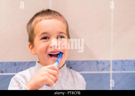 Mignon bébé garçon se brosser les dents dans la salle de bains. Kid apprendre à rester en bonne santé. Concept de soins de santé Banque D'Images