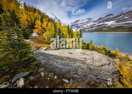 Le mont Assiniboine, également connu sous le nom de la montagne, de l'Assiniboine est un pic pyramidal situé sur la montagne la grande division, sur la Colombie-Britannique et l'Alberta borde Banque D'Images