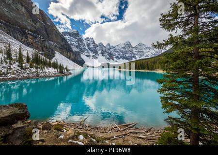 Le lac Moraine est un lac d'origine glaciaire dans le parc national de Banff, à 14 kilomètres (8,7 mi) à l'extérieur du village de Lake Louise, Alberta, Canada.