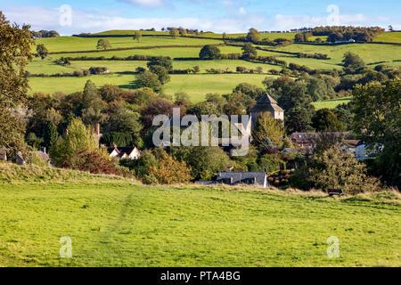 Vue sur la campagne et le joli village d'Oisans dont St George's Church, Shropshire, au Royaume-Uni. Vu de Château-d'Oisans Banque D'Images