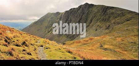 Vue vers Dow Crag de chèvres Hawse près de Coniston le vieil homme dans le Lake District Cumbria UK. Banque D'Images