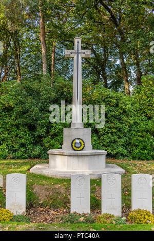 WW2 soldats tombes et War Memorial à Hollybrook Cemetery à Southampton, Hampshire, England, UK Banque D'Images