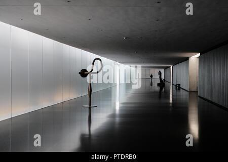 Jérusalem, Israël. 9 octobre, 2018. Un homme marche dans un long couloir au Musée d'Israël. Credit: Alon Nir/Alamy Live News Banque D'Images