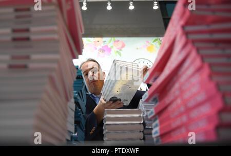 Francfort, Allemagne. 09 octobre 2018, Hessen, Frankfurt Main_: Michael Zirn Frechverlag de Stuttgart est occupé avec les préparatifs à l'éditeur du stand au Salon du livre de Francfort. Le plus grand book show aura lieu du 10 au 14 octobre. Photo: Arne Dedert/dpa dpa: Crédit photo alliance/Alamy Live News Banque D'Images