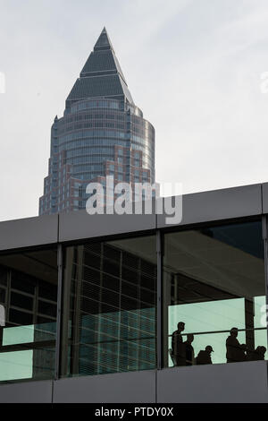 Francfort, Allemagne. 09 octobre 2018, Hessen, Frankfurt_Main: Les gens à pied sur le terrain de la foire du livre de Francfort. La tour se dresse à l'arrière-plan. Le plus grand book show aura lieu du 10 au 14 octobre. Photo: Silas Stein/dpa dpa: Crédit photo alliance/Alamy Live News Banque D'Images