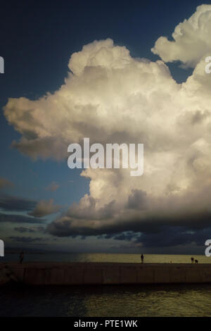 Barcelone, Catalogne, Espagne. 8 octobre, 2018. Les nuages orageux approche par rapport à une digue de Barcelone le lundi 8e soir. Crédit: Jordi Boixareu/ZUMA/Alamy Fil Live News Banque D'Images