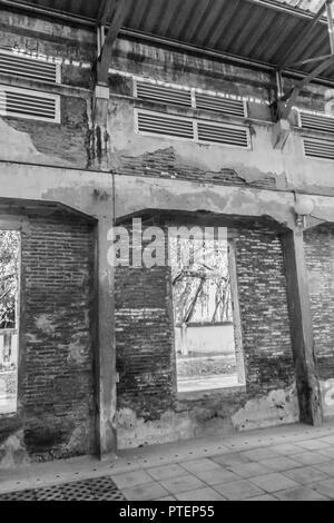 Les ruines d'une ancienne usine abandonnée. Perspective de l'entrepôt désaffecté de l'intérieur avec toit translucide et de structure en béton. Banque D'Images