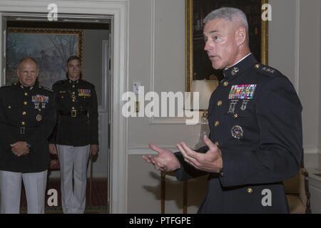 Le général du Corps des Marines américain Brian D. Beaudreault parle de Marines américains et parmi les invités à sa cérémonie de promotion, Marine Barracks Washington, Washington, D.C., le 21 juillet 2017. Beaudreault sera le commandant adjoint pour les plans, les politiques et les activités.
