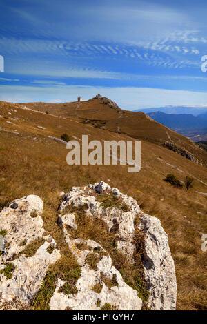 Une vue lointaine du 10e siècle Rocca Calascio, une forteresse de montagne dans la province de L'Aquila dans les Abruzzes, en Italie. Banque D'Images