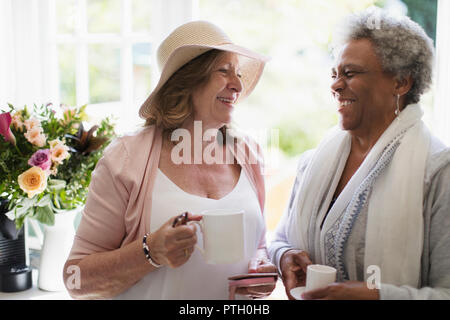 Happy senior women friends enjoying coffee Banque D'Images