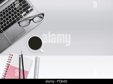 Mise à plat, vue d'en haut partie de coffre avec ordinateur portable et une tasse de café sur un fond clair de plateaux de travail. Bureau d'affaires ou d'éducation concept wi Banque D'Images