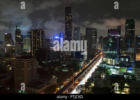 Vue de nuit sur les gratte-ciel de Silom à Bangkok, Thaïlande. Banque D'Images