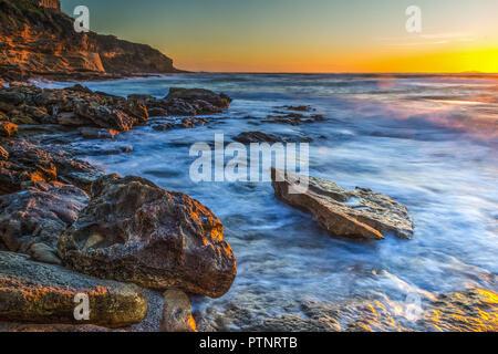 Côte Rocheuse au coucher du soleil avec l'effet motion bur Banque D'Images