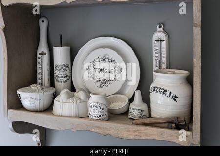 Ferme du 16ème siècle rénovation meubles anciens ustensiles sur étagère dans ferme du 16ème siècle restauré Banque D'Images