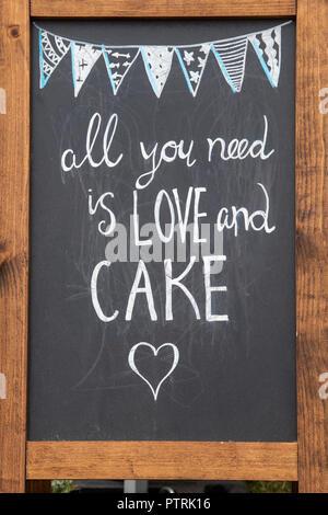 Tout ce qu'il vous faut, c'est l'amour et des gâteaux sign signe à Thame food festival. Thame, Oxfordshire, UK
