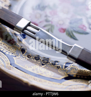 Cuterly par Lord Snowdon sur plaque décorative peinte à la main Banque D'Images