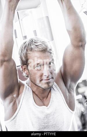 Un Trainingsgeraet Mann im Fitnessstudio (modèle récent) Banque D'Images