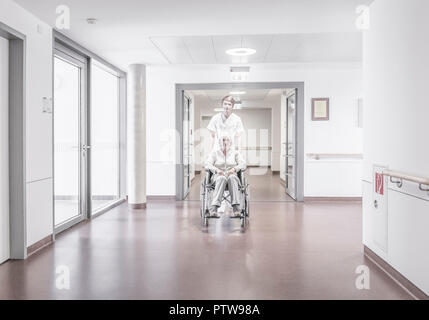 Krankenpfleger schiebt aeltere Patientin im Rollstuhl (modèle récent) Banque D'Images
