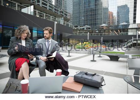 Businessman and businesswoman travaillant dans City Plaza Banque D'Images