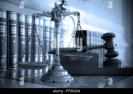 Symbole de la loi et de la justice sur la table, le droit et la justice, l'accent sur le concept des balances, ton bleu Banque D'Images