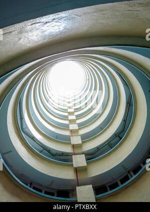 Hong Kong - 7 août 2016: Intérieur de Lai Tak Tsuen logement public haute densité communale du corridor de l'immobilier à Hong Kong Banque D'Images