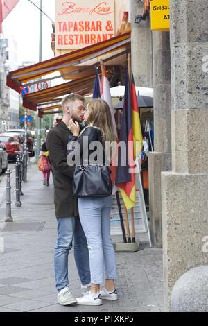 Lovers dans les rues de Berlin Banque D'Images